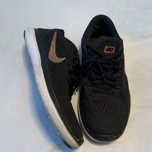 NIKE BLACK & GOLD RUNNING SNEAKERS SIZE 8.5